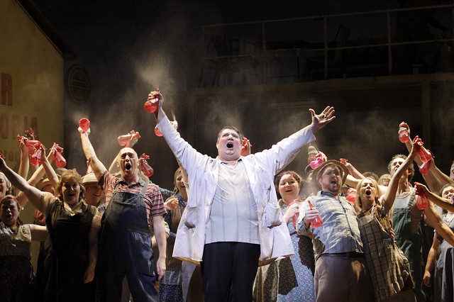 Ambrogio Maestri and The Royal Opera Chorus in L'elisir d'amore © Catherine Ashmore/ROH 2012