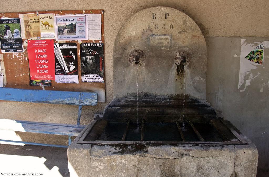 La fontaine, datant de 1880. Ce point d'eau était vital pour les habitants.