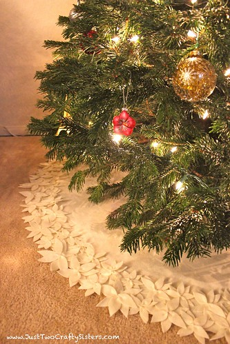 DIY felt flower Christmas tree skirt tutorial