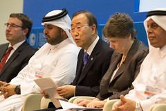 阿拉伯聯合大公國和卡達的官員在「氣候變遷下乾旱土地的糧食安全」會議中發言。左起:聯合國環境規劃署執行長Achim Steiner、阿拉伯聯合大公國Majid Alsuwaidi、聯合國秘書長潘基文、愛爾蘭前總統Mary Robinson(Mary Robinson基金會創辦人)及COP18主席Abdullah bin Hamad Al-Attiyah(攝影:Sallie Schatz)
