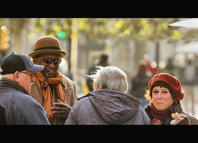 l'home que fuma pipa - Cinematic Street Photography