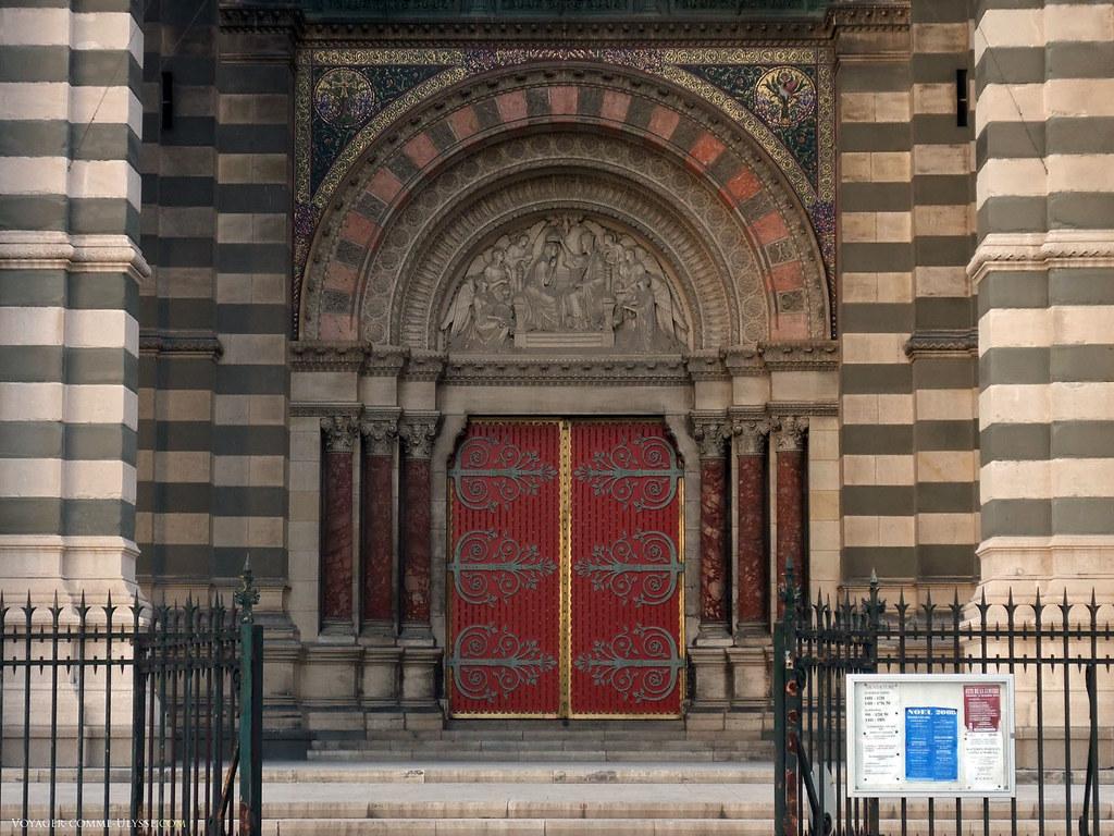 La porte centrale et son tympan, représentant Le couronnement de la Vierge.