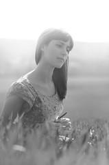 [フリー画像素材] 人物, 女性, 人物 - 草原, フランス人, モノクロ ID:201211251400