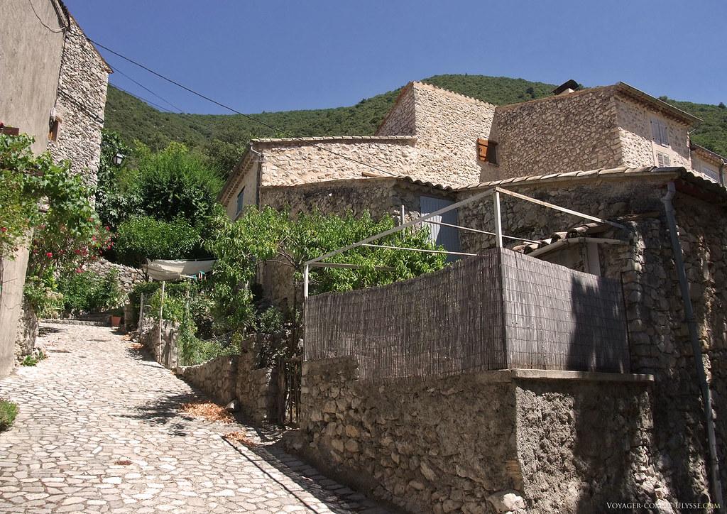 Saint-Léger est un village très bien tenu. Les gens sont si peu nombreux qu'ils ne sont pas protégés par l'anonymat. Si quelqu'un salit, tout le village saura qui c'est.