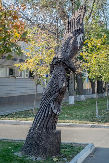 Деревянные скульптуры в Симферополе - орел