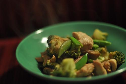 Kylling med forårsløg, sukkerærter, broccoli og svampe
