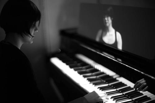 [フリー画像素材] 人物, 女性 - アジア, 人物 - 横顔・横を向く, モノクロ, 楽器, ピアノ, 音楽 ID:201212031800