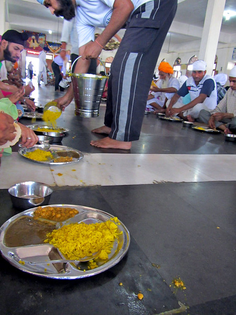 meal-time-in-amritsar-temple
