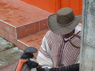 Hombre paisa con poncho colombiano
