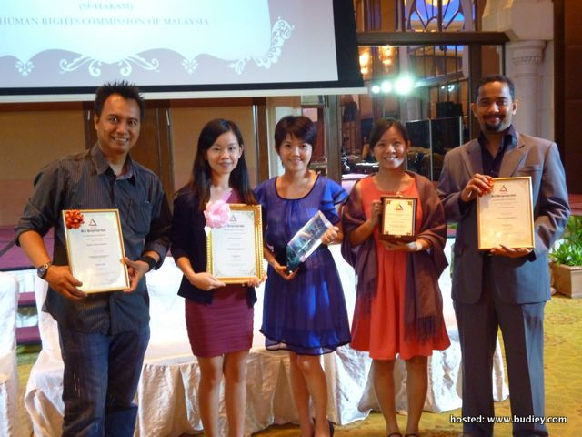 Selina Kong (second from left) & 7 Zoom In Producer, Chee Kah Teik (3rd from left) with other award recipients