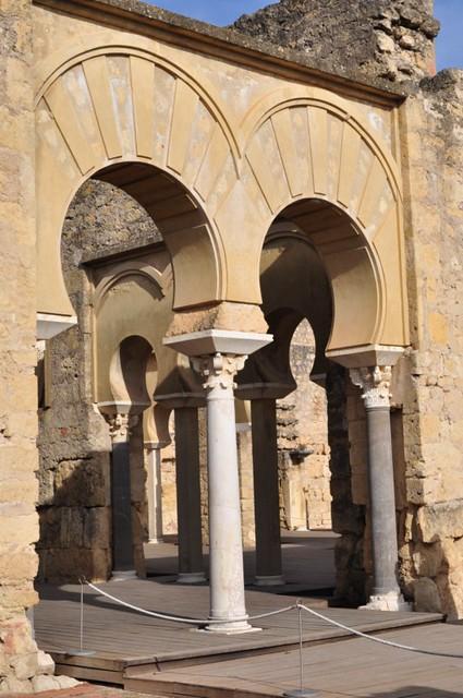La casa del ejército era el lugar de espera para las personas que iban a ser recibidas por el califa. El edificio conserva su planta basilical con cinco naves longitudinales.