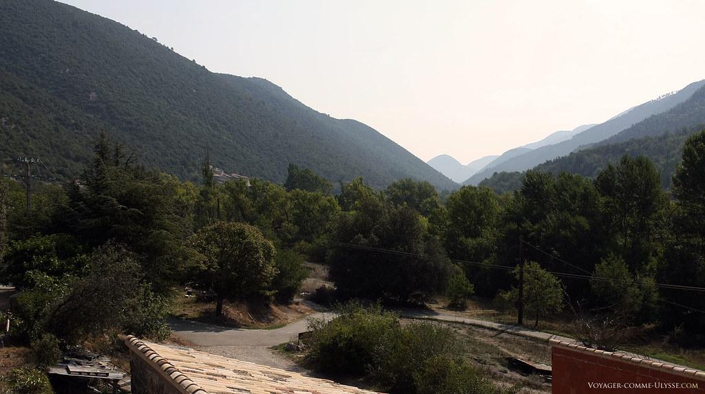 La valllée du Toulourenc. On distingue au fond à gauche le village.
