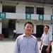 MM. Liao et Wu devant la fabrique du Wei Shan Mao Jian