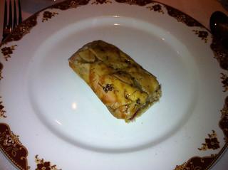 Pan de cristal, con foie, cebolla roja confitada y papada ibérica