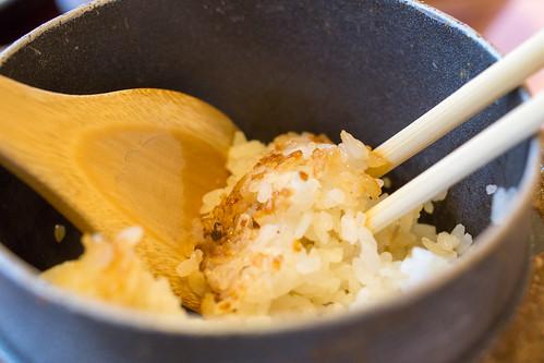 就是日式的煲仔飯! 看看這精美的飯焦!