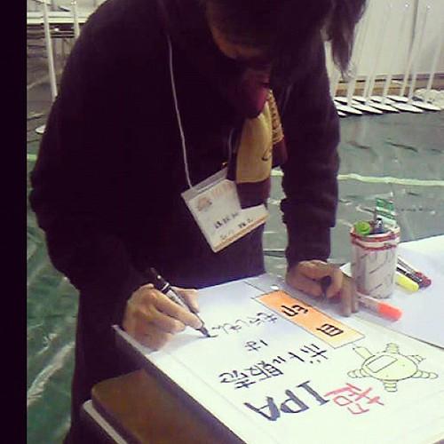 石川先生落書き中…というか、これはうちのブースに貼るPOP書いて下さっています@スーパーオクトーバーフェスト会場