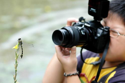 孩子專注的在進行生態攝影 攝影:謝基煌