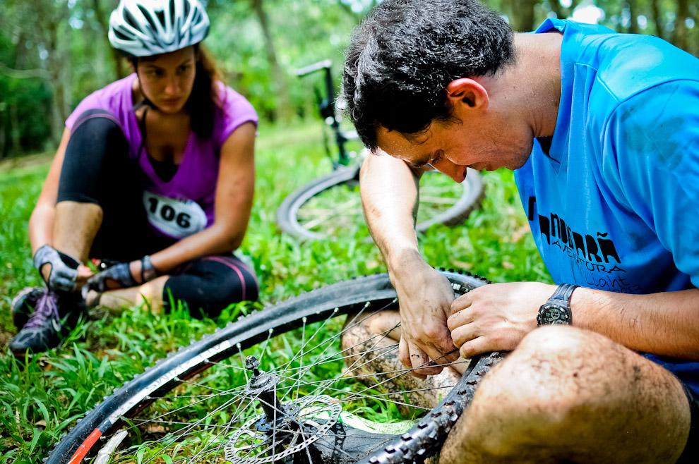 Una pareja se detiene en el puesto 4 para reparar la rueda de una de las bicicletas, con este problema la pareja habría perdido 30 minutos aproximadamente, cantidad de minutos suficientes para perder muchas posiciones. De eso se trata esta carrera, de tratar de soportar y sortear los obstáculos naturales y de estrategia, que es el único camino hacia el triunfo. (Elton Núñez)