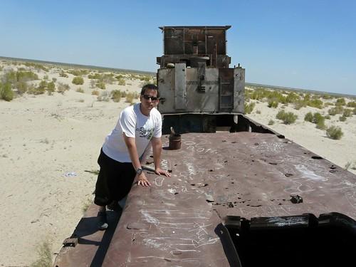 En un barco varado de Moynaq, Mar de Aral