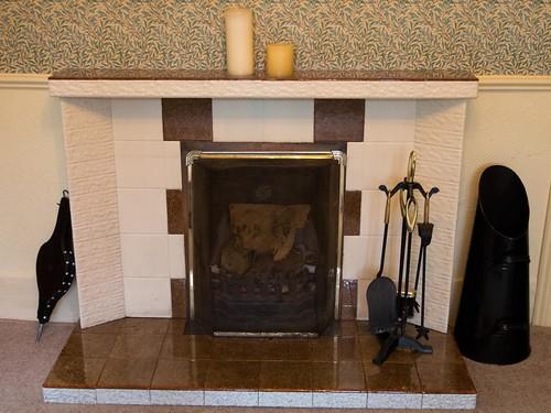 暖炉とタイル貼りのマントルピース