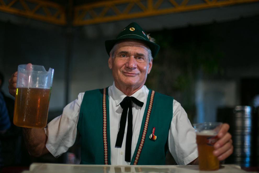 Un encargado de la barra sirve cervezas en vasos a medida que llega la gente para bailar a uno de los 3 ambientes musicalizados durante la fiesta de la cerveza del Club Alemán de Colonia Independencia. (Cristhian Espósito)