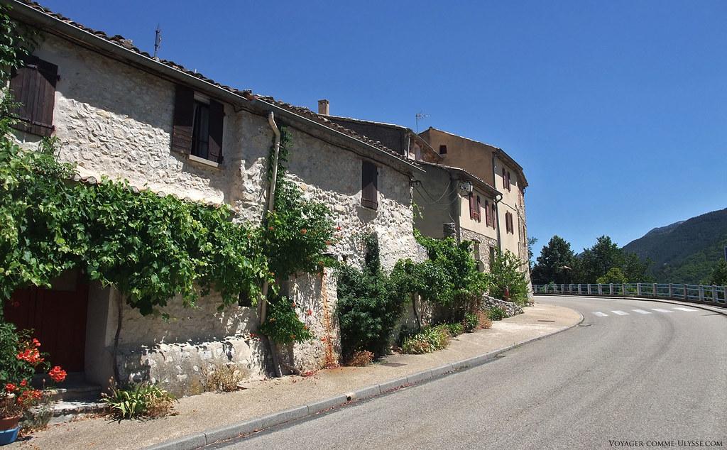 Saint-Léger semble construit comme un château, tout d'un bloc, ses petites maisons mettant en commun leurs murs mitoyens et n'offrant quasiment qu'une façade à la rue.