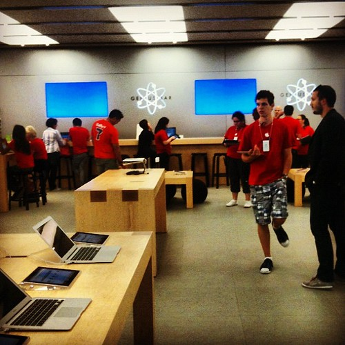Be nice to #Apple store staff. They're wearing red shirts, so might not all make it through Christmas