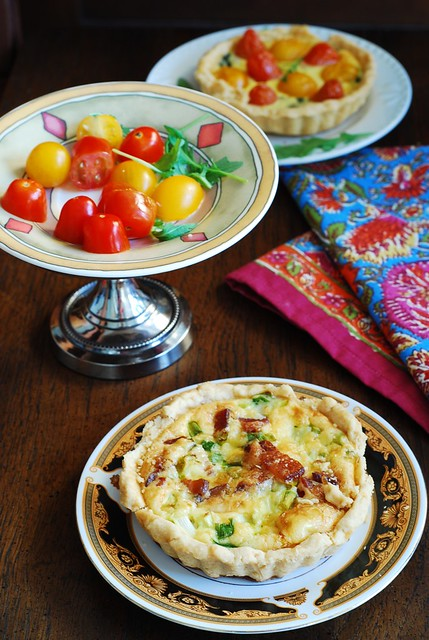 Bacon and egg tartlets with Gouda cheese and green onions, for breakfast, tarts, mini-pies, breakfast cups