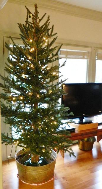 a scandinavian style christmas tree via homeologymodernvintage.com