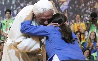 Joven abrazando al Papa