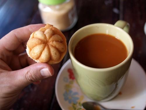 Café con leche y bollo (con forma de mangosteen)