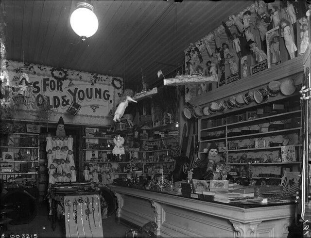 Interior of toy shop and variety store at christmas for Jouetstore