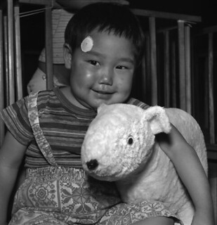 An Inuit toddler and stuffed toy, Fort Churchill, Manitoba / Un bambin inuit et son toutou, Fort Churchill (Manitoba)