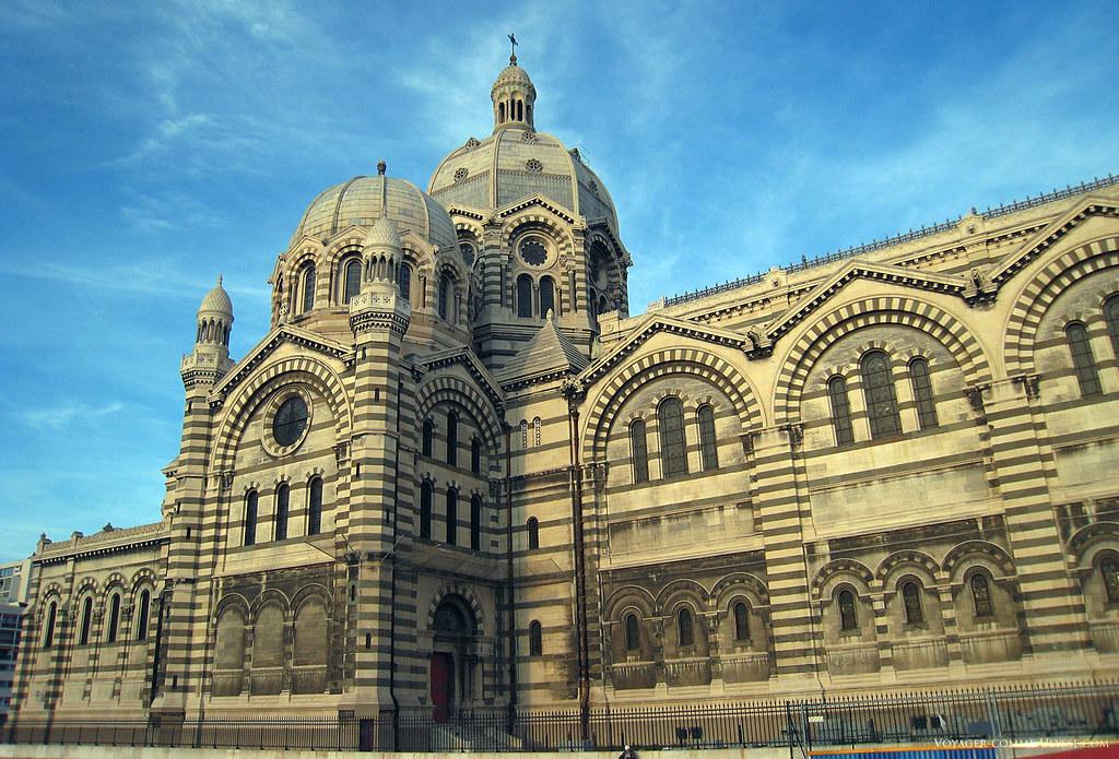 L'alternance des pierres claires et foncées donnent un air byzantin à l'édifice religieux, voulu par les concepteurs de l'époque.