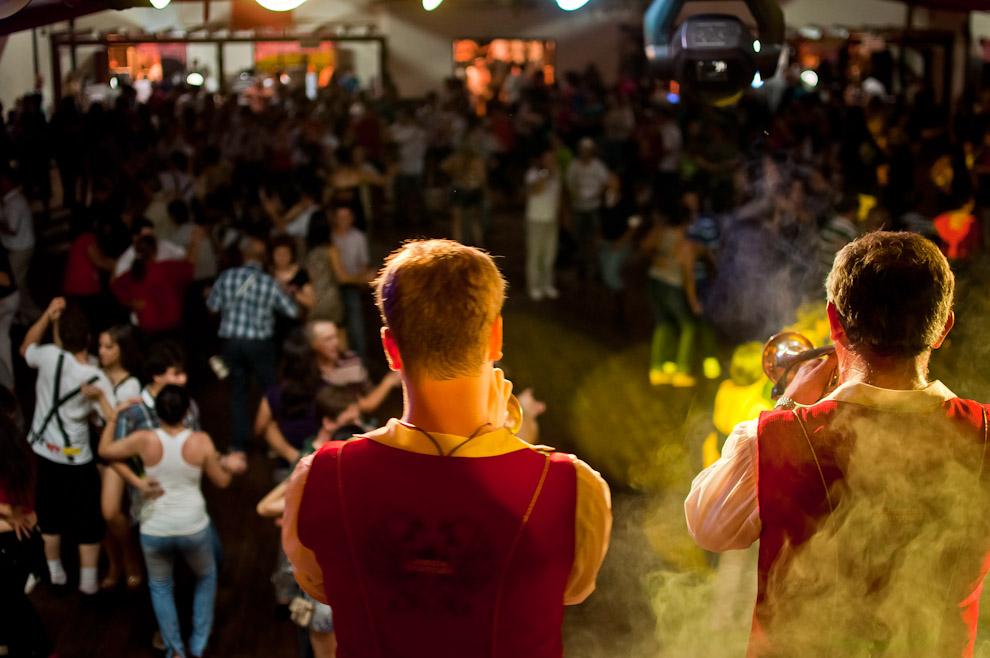 """Las parejas bailan al son de las polcas interpretadas por el grupo musical """"Chopao"""" en la sede social del Club Alemán de Colonia Obligado, donde se llevó a cabo la mayor fiesta tradicional alemana en la región. (Elton Núñez)"""
