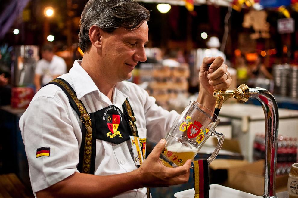 Uno de los hermanos Krug sirve una manija de chopp bien fría con la técnica tradicional para llenar un buen vaso de cerveza, con la apropiada inclinación, la proporción justa de techo de espuma y la correcta temperatura, garantiza a los asistentes una experiencia única al momento de beberla. (Elton Núñez)