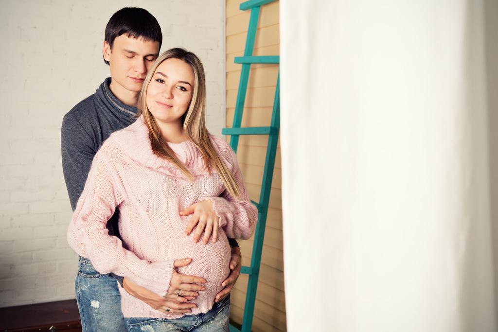 Вожидании чуда, фотосессия беременности в интерьере студии