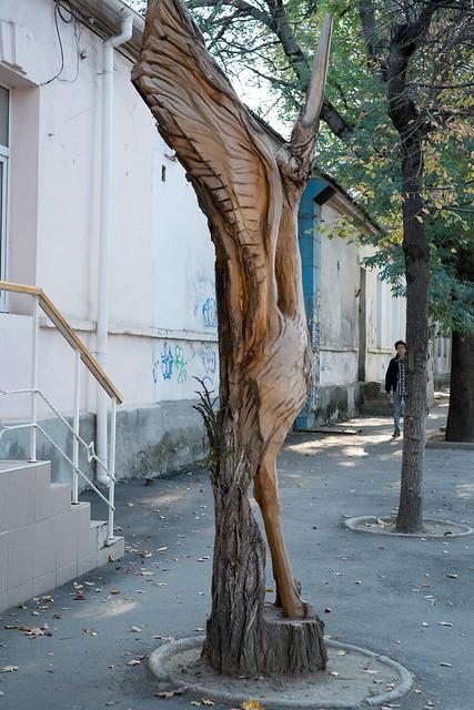 Деревянные скульптуры в Симферополе - аист