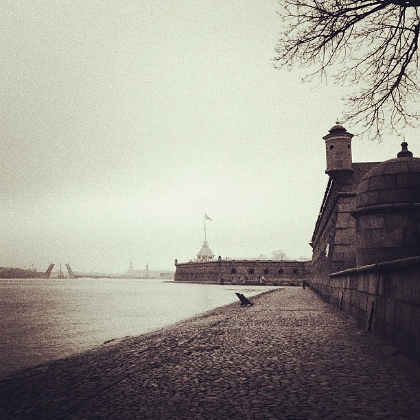 San-Pietroburgo. #cielo #sky #river #neva #spb #petersburg #bw #sepia #city #città #autumn #autunno #architecture