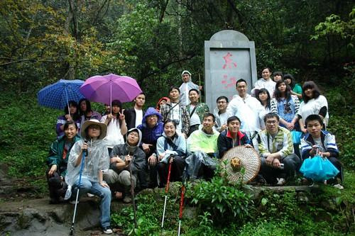 大家冒著毛毛細雨,終於到達東江水之源頭! 照片嗚謝: 香港地球之友