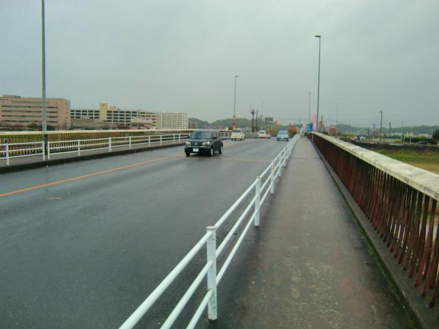 再び橋を渡る