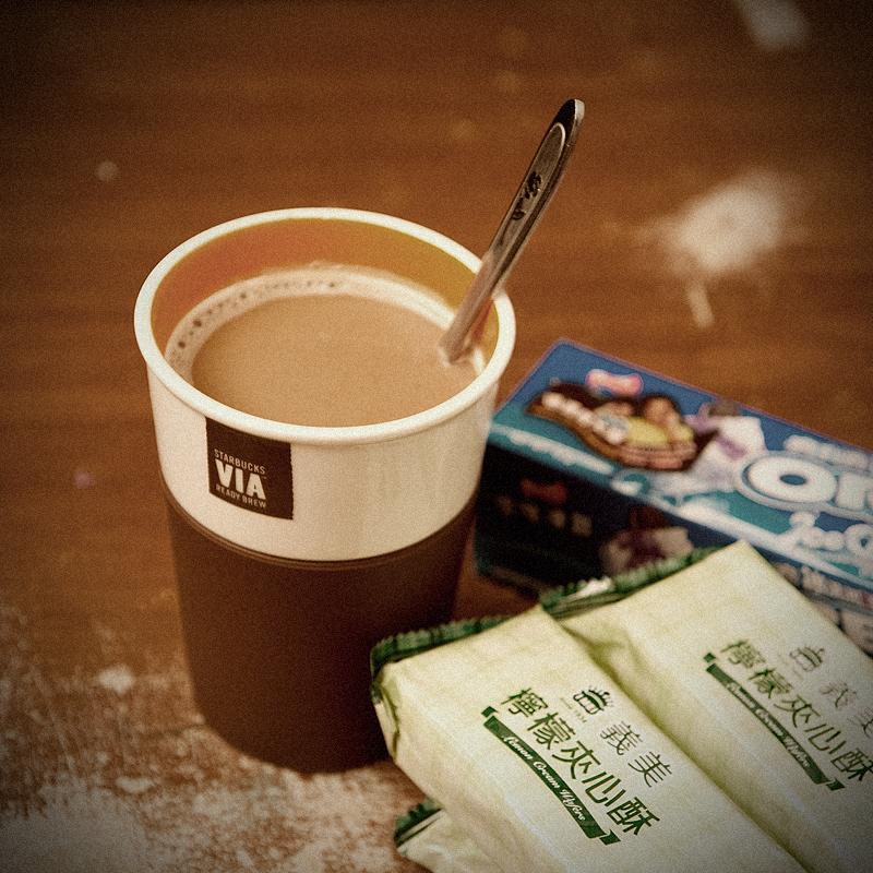 熱奶茶加餅乾宵夜