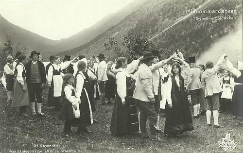 Midsummer dance in Synnøve Solbakken