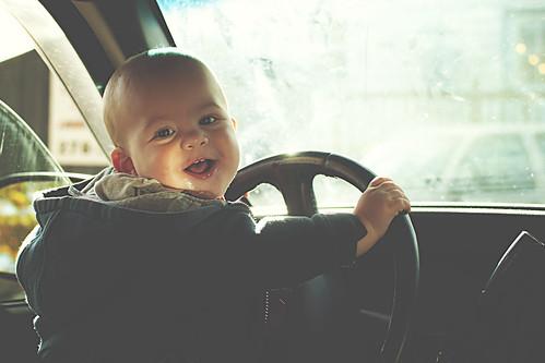 [フリー画像素材] 人物, 子供 - 赤ちゃん, 乗り物・交通 - 人物, 笑顔・スマイル ID:201211120400