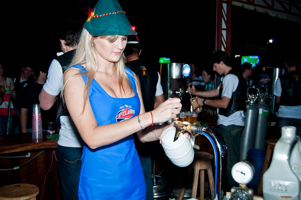 Una modelo promotora también se presta para cargar cervezas a pedido del público en la noche del sábado 10 de Noviembre, en la fiesta de la cerveza organizada por el Club Alemán de Colonia Obligado. (Elton Núñez)