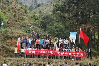 完成植樹活動後,一眾義工及學子合照 「同喝一口東江水,同護一條母親河」 照片嗚謝: 香港地球之友