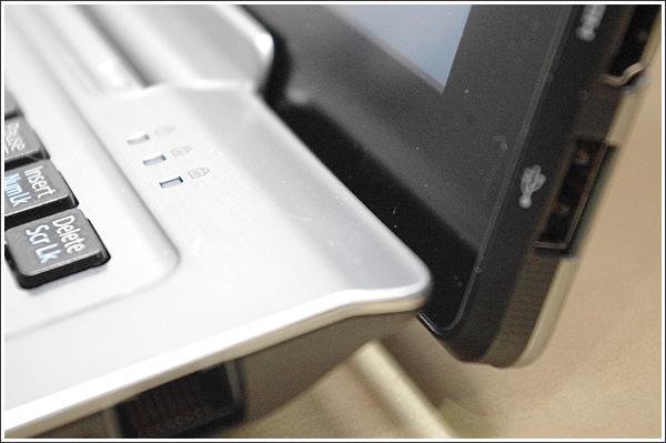 持ち歩きにも便利な定番になりそうなハイブリッド型のノートパソコンSTYLISTIC WQ2/J