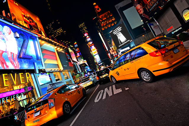 Luces y taxis en Times Square, Nueva York