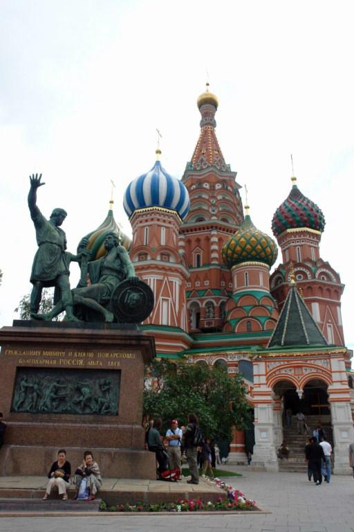 Los héroes del levantamiento soviético contra la invasión polaca Minin y Pozharsky custodiando la entrada de la Catedral de San Basilio. Plaza Roja de Moscú, el lugar más importante del país más grande. - 8160930958 de1889aa2d o - Plaza Roja de Moscú, el lugar más importante del país más grande.