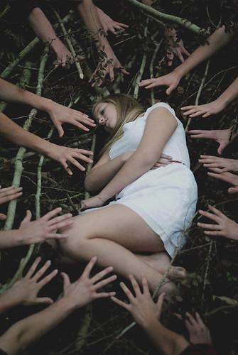 [フリー画像素材] 人物, 女性, ボディーパーツ - 手, 人物 - 森林, 女性 - 横たわる・寝転ぶ ID:201211131400
